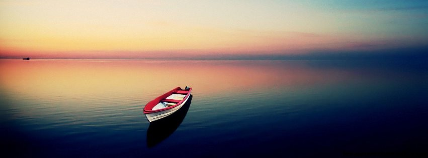Petite-barque-au-milieu-de-leau-